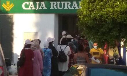 La falta de previsión de Caja Rural del Sur y CaixaBank sobre el retorno de las freseras marroquíes provoca largas colas en las oficinas bancarias de Huelva
