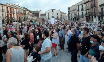 """Ayuntamientos y colectivos de distinto signo se manifiestan contra la reorganización de la atención primaria rural en Segovia: """"Traerá despoblación"""""""